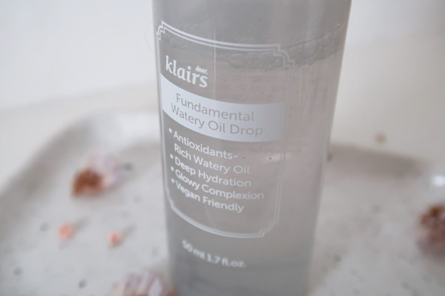 Fundamental Watery Oil Drop by Klairs. An oil to water serum full of antioxydants and perfect to hydrate oily skins without the disadvantages of an oil.   #klairs #kbeauty #fundamentalwaterydrop #skincareroutine #serumvisage #serum #antiage #hydratant #routinedesoin